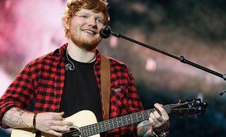 Të gjithë e njohim për famën që ka sot, por cila është e shkuara e dhimbshme e Ed Sheeran?