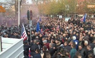 Protestuesit tentojnë të hyjnë në Kuvend