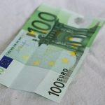Punëtori i bankës gjen 100 euro të falsifikuara në kasën e bankomatit