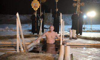 Presidenti Putin zhytet në ujë të akullt për të shënuar Epifaninë