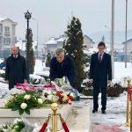 Thaçi bënë homazhe te varri i Rugovës: Udhëhoqi një politikë të rezistencës paqësore