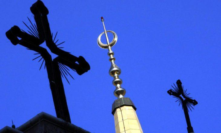 Tre të rinjë ofenduan krishtërimin, gjyqtarja i detyron të mësojnë vargjet e Kuranit për të