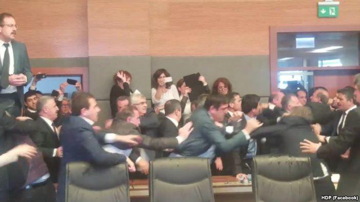 Përleshje mes deputetëve në parlamentin turk