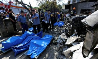 Avioni bie mbi një shtëpi, 10 veta mbeten të vdekur