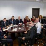 Kryeministri mbledh deputetët e AAK-së para fillimit të seancës