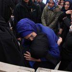 Vdes tragjikisht i afërmi i Erdoganit – gruaja e tij përlotet në funeral