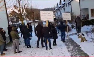 Shqiptarëve u mbyllet bastorja në qytetin austriak, protestojnë jashtëligjshëm para shtëpive të zyrtarëve