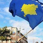 """Disa persona largojnë flamurin e Kosovës tek statuja e """"Zahir Pajazitit"""""""
