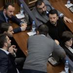 Diskutimi i të dorëhequrve nga VV para fillimit të seancës