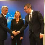Fillon takimi mes Thaçit dhe Vuçiqit – përshëndetja pa u shikuar fare