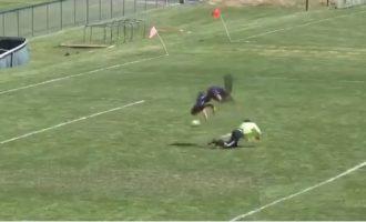 Kjo nuk është parë në futboll, bën sallto, kalon portierin dhe shënon (VIDEO)