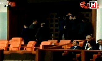 Përplasje në parlamentin e Turqisë – Erdogan largohet me truproja