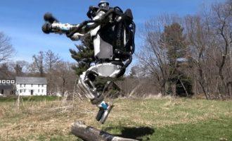 Roboti që vrapon dhe kapërcen pengesat si njeriu (Video)