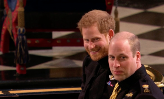 Lexuesit e buzëve zbulojnë se çfarë folën Princi William dhe Harry në altar