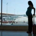 Video shokuese si një udhëtar e qëllon me grusht në stomak gruan shtatzënë, e cila është e shurdhër