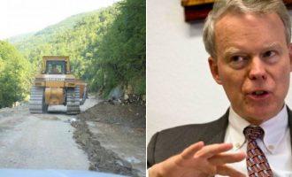 Ambasadori amerikan mbështet ndërprerjen e punimeve në rrugën Deçan – Plavë