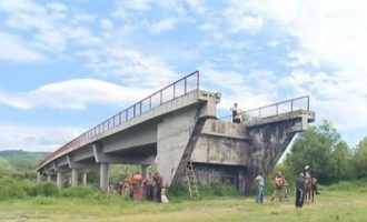 Ndodh vetëm në Serbi: Ura e cila vjen nga askund dhe nuk çon askund