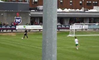 Çfarë ndodh kur portieri e tepron me mbajtjen e topit [Video]