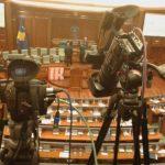 Raporti i gazetarëve me institucionet- Qasje shpërfillëse, tërheqje zvarrë e kërcënime nga truprojat e politikanëve