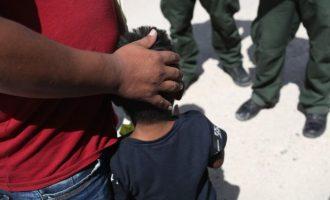 Fëmijët e ndarë në kufi kërkojnë babanë dhe nënën e tyre