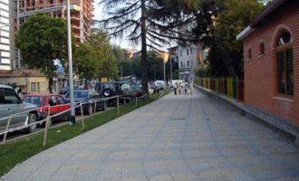 Vdes pasi rrëzohet në mes të rrugës në Tiranë