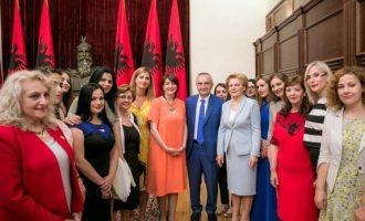 Ilir Meta i takon në zyre 200 gra nga Kosova