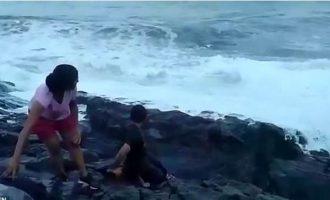 Momenti kur turisti përpihet nga valët e mëdha