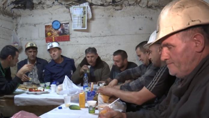 Një syfyr me minatorët e Trepçës, 800 metra nën tokë (Video)