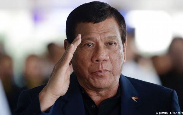 """Kritikohet presidenti, """"shpërndarësi i puthjeve"""""""