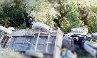 Shoferi humb kontrollin e traktorit, 15 të vdekur