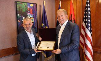 Behgjet Pacolli ndan mirënjohje për humanistin Halil Kastrati