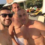 Kryeministri sfidon të nxehtin në pishinë