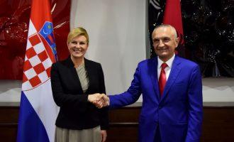 Këngëtarja shqiptare që e shoqëroi presidenten kroate në Kuvendin e Shqipërisë
