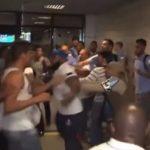 Pasi skuadra nuk arriti fitoren, tifozët përleshen me futbollistët në aeroport [Video]