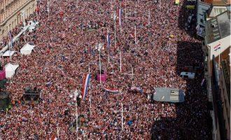 Shikoni LIVE pritjen madhështore për futbollistët kroatë