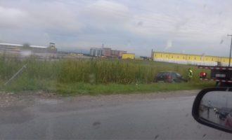 Aksident në magjistralen Prishtinë-Lipjan – vetura përfundon jashtë rrugës