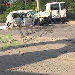 Pamje të rënda të aksidentit në Pejë – gruaja e vdekur mbetet e shtrirë në tokë