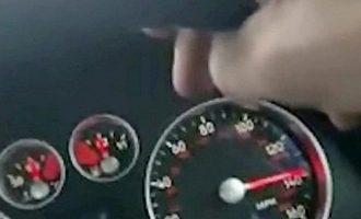 Filmon veten duke vozitur me 225 kilometra në orë pa e mbajtur me duar timonin, arrestohet nga policia