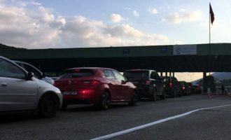 Mijëra pushues drejt bregdetit shqiptar, fluks në Morinë