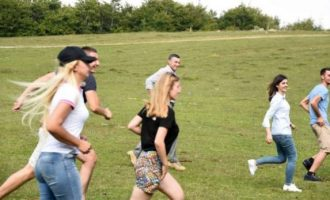 Kadri Veseli luan futboll me djem e vajza në Bajgorë