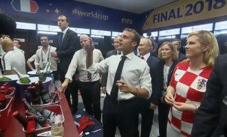 Presidentja kroate së bashku me Macron e Putinin, uron futbollistët francezë në zhveshtore