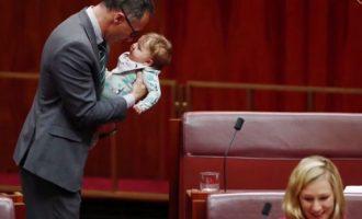 Në Zelandën e Re, edhe burrat i marrin fëmijët në seancë