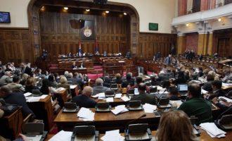Deputetët serb: Vuçiq e ka njohur pavarësinë e Kosovës më 2014