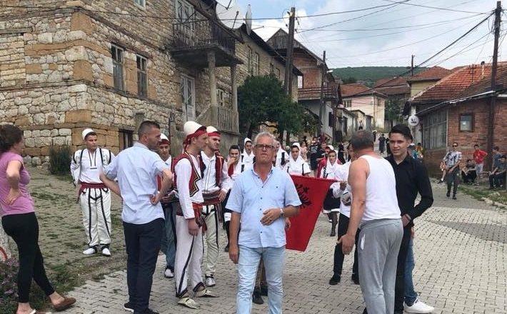 Valltarët me veshje kombëtare pengohen në lagjen serbe në Rahovec