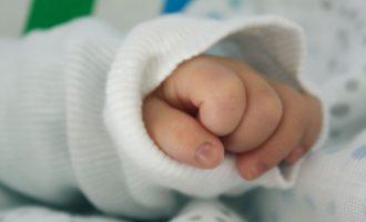 Foshnjën me tumor nuk e mjekojnë sepse prindërit nuk kanë para