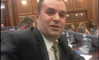 """Deputeti i AAK-së pranon se ka bërë """"dallavere"""" me familjet e dëshmorëve të UÇK-së"""