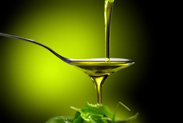 Mashtrimi me vajin e ullirit, si të dalloni origjinalin nga përzierja industriale [VIDEO]