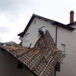 Stuhia në Prishtinë: Rrëzohet çatia e shtëpisë në lagjen Kolovica