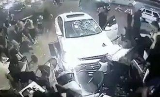 Shoferi humb kontrollin, vetura përplaset për njerëzit që po gjendeshin jashtë një kafeneje