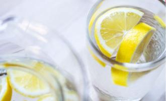 Ujë me limon në vend të kafesë
